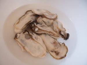 牡蠣を塩水で洗う