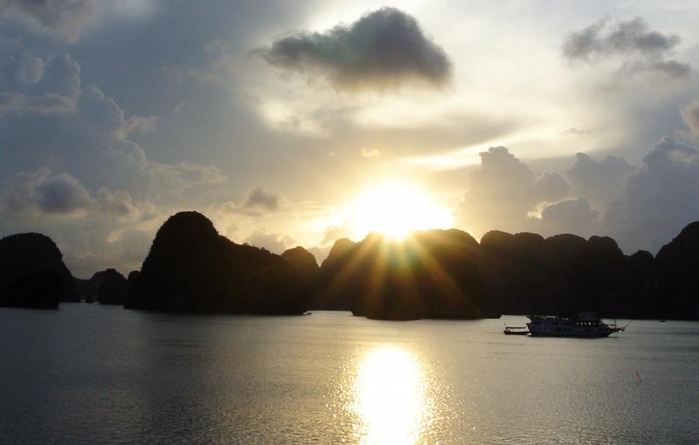 ハロン湾から見る朝日