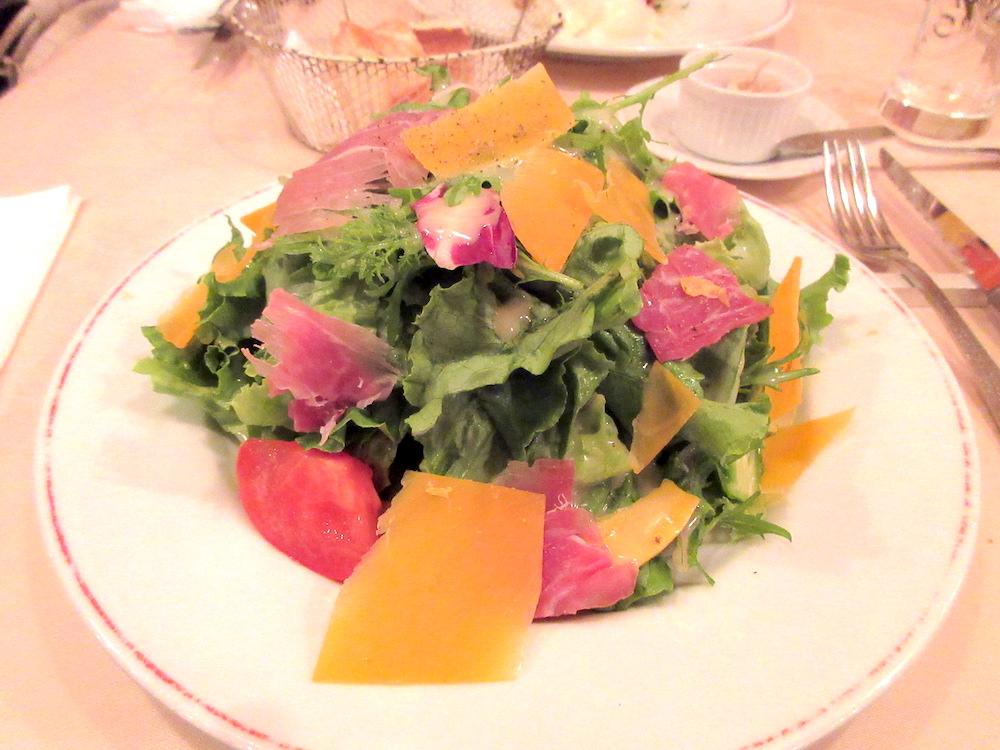 バイヨンヌ生ハムとチーズの山盛りサラダ